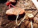 Anhänger mit Namensschriftzug und selbst geschnitzter Holundholzerperle
