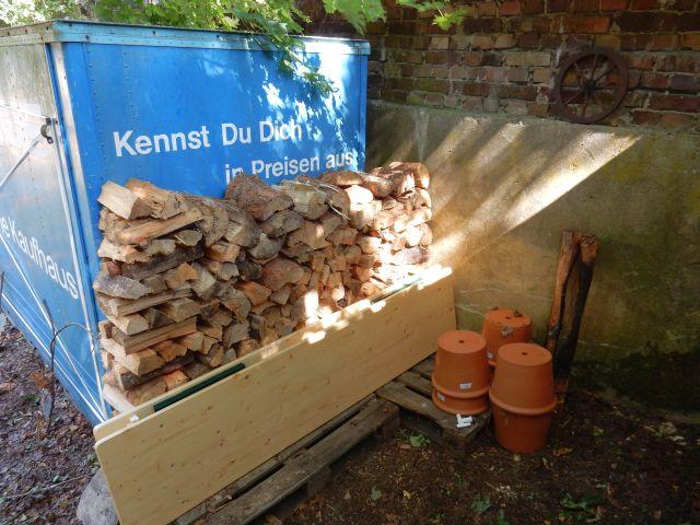 Aufgestapeltes Feuerholz am Natur Erlebnis Camp